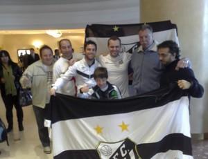 Torcedores fazem festa com Rodolfo Rodríguez no hotel do Santos (Foto: Adilson Barros / Globoesporte.com)