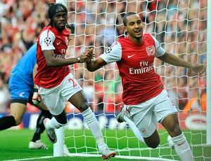Theo Walcott comemora gol do Arsenal contra o Udinese (Foto: Reuters)