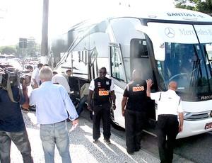 ônibus santos CT desembarque (Foto: Renato Cury / Globoesporte.com)