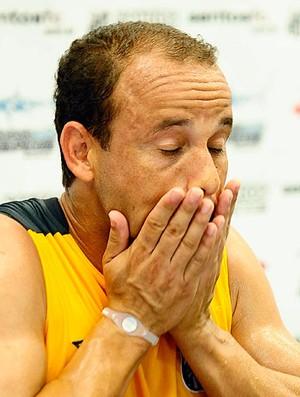 Léo durante coletiva do Santos (Foto: Marcos Ribolli / GLOBOESPORTE.COM)