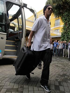 Ronaldinho no desembarque da seleção (Foto: Mowa Press)