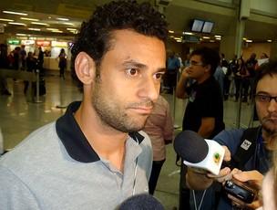 Fred no desembarque da Seleção (Foto: André Casado / Globoesporte.com)