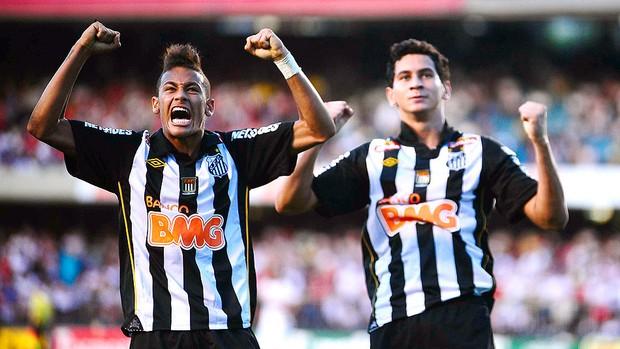 Ganso e Neymar comemoram gol do Santos contra o São Paulo (Foto: Marcos Ribolli / GLOBOESPORTE.COM)