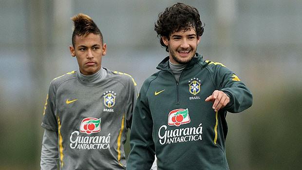 Pato e Neymar no treino da Seleção (Foto: EFE)