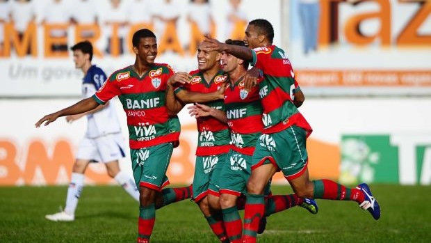 Jogadores da Portuguesa comemoram gol (Foto  Marcos Ribolli    Globoesporte.com) 81a9fb571dce6
