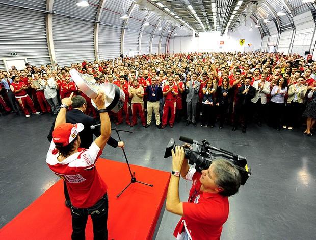 Alonso visita fábrica da Ferrari após vitória em Monza