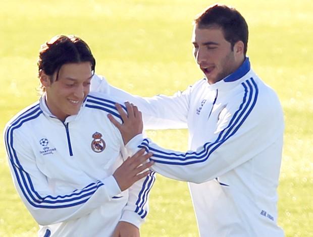 Higuain e Özil em treino do Real Madrid