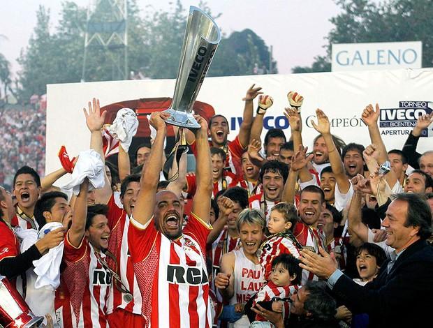 Verón recebe a taça de campeão do Estudiantes