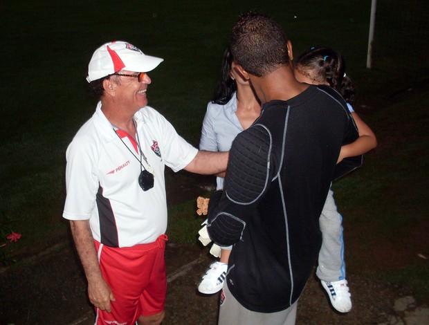 Antonio Lopes brinca com a filha de Viáfara (Foto: Eric Luis Carvalho/Globoesporte.com)
