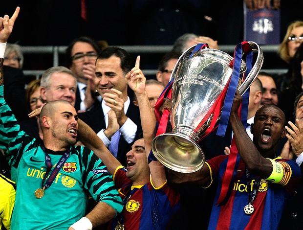 jogadores barcelona erguem a taça liga dos campeões (Foto: agência Reuters)