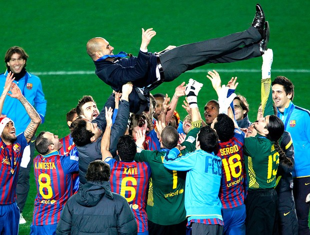 jogadores do Barcelona comemoram com Guardiola (Foto: Reuters)