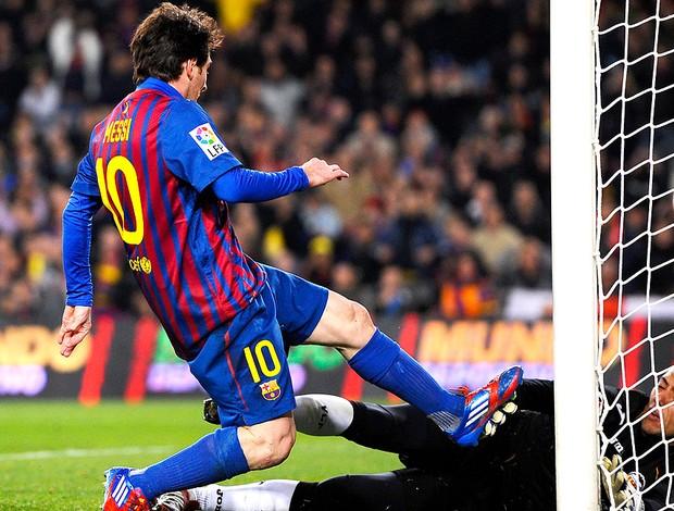 Messi marca gol do Barcelona sobre Diego Alves do Valencia (Foto: Getty Images)