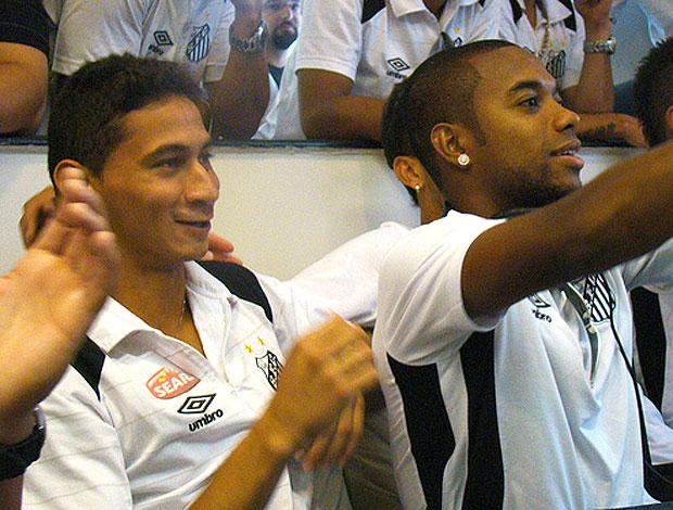 Ganso e Robinho assistem à convocação no hotel