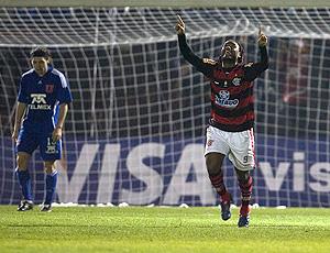 Vagner Love comamora gol do Flamengo