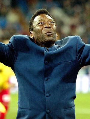 pelé estádio ponta-pé incial ovacionado (Foto: agência Reuters)