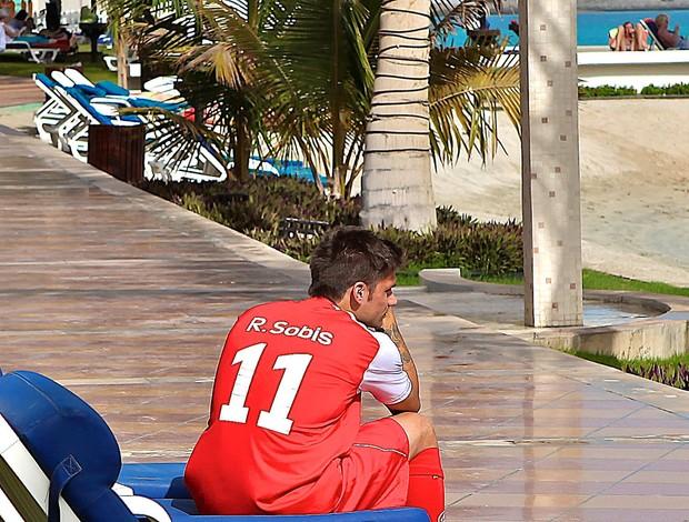 Rafael Sobis chora a eliminação do Inter (Foto: Jefferson Bernardes / VIPCOMM)
