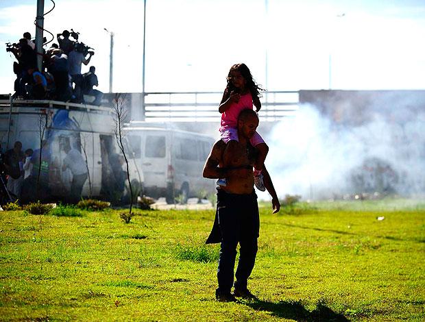 torcedor do Corinthians com a filha durante confusão (Foto: Marcos Ribolli / GLOBOESPORTE.COM)