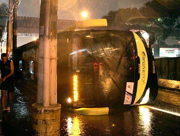 ônibus do Vôlei Futuro sofre acidente (Foto: Fábio Rubinato / Ag. Estado)