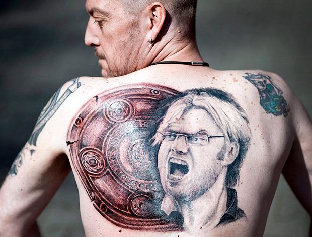torcedor martin hueschen tatua rosto do treinador do borussia dortmund Juergen Klopp (Foto: agência EFE)