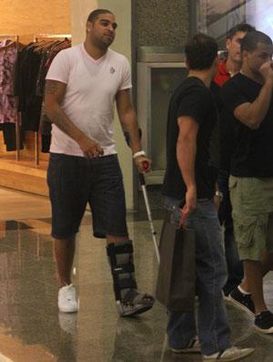 Adriano de muleta em shopping (Foto: Agência Estado)