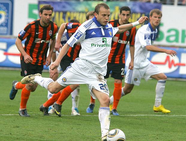 Olegh Gusev marca gol do Dinamo de Kiev contra o Shakhtar (Foto: AP)