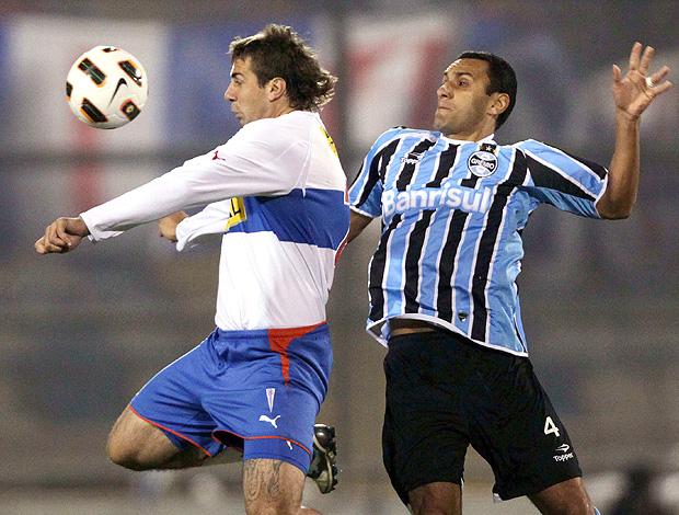 Lucas Pratto Rafel Pinto Universidad Católica x Grêmio (Foto: Reuters)