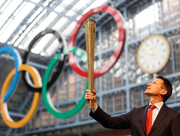 Presidente do Comitê Organizador, Sebatian Coe segura a Tocha Olímpica de 2012 (Foto: agência Reuters)