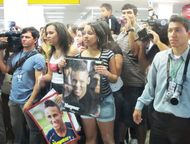 Meninas aguardando Neymar (Foto: Adilson Barros/Globoesporte.com)