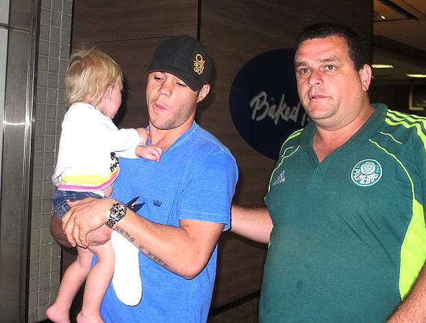 Kleber do Palmeiras com criança no colo (Foto: Wagner Eufrosino / Globoesporte.com)