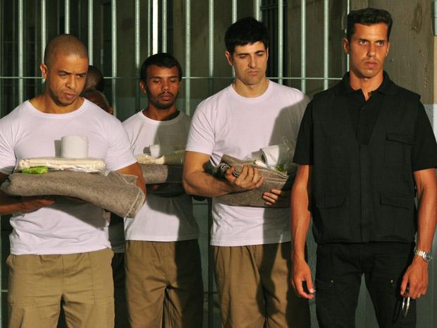 Já com uniforme, Fred é levado até um das celas
