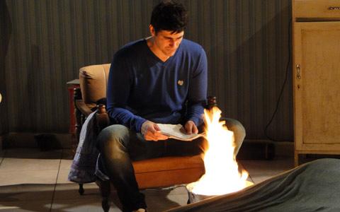 Fred  descobre tudo sobre o pai e queima provas que o incriminam (passione/tvglobo)