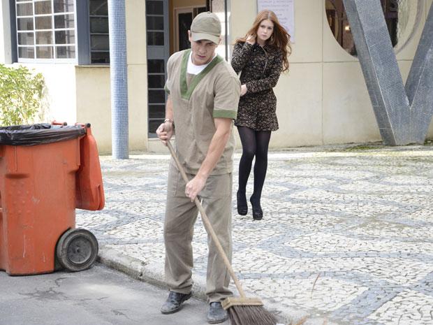 Alice descobre que Guilherme virou gari (Foto: Morde&Assopra/TVGlobo)