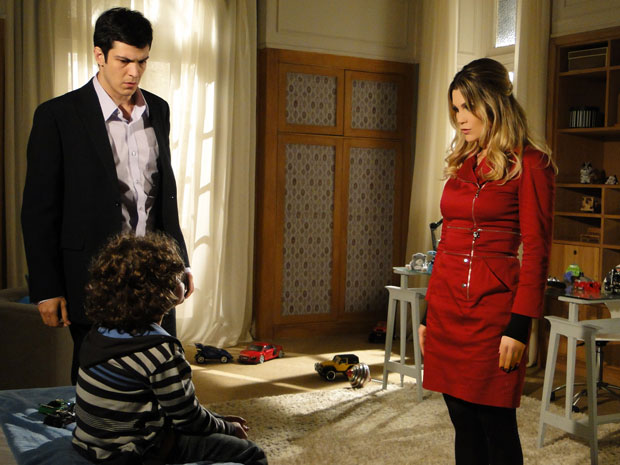 Ícaro estranha presença de androide no quarto de Rafael (Foto: Morde&Assopra/TVGlobo)
