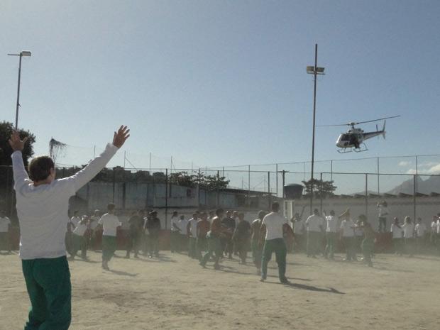 Cortez acena para os comparsas no helicóptero (Foto: Insensato Coração/TV Globo)