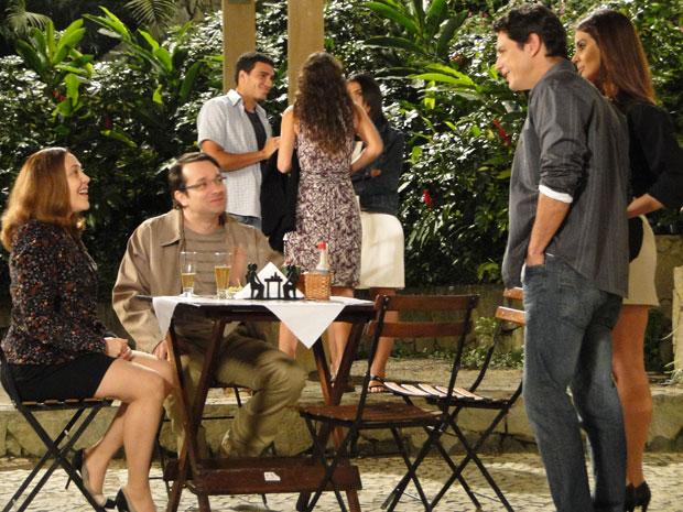 Beto e Daisey se encontram no Bar do Gabino (Foto: Insensato Coração / Tv Globo)