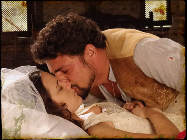 Jesuíno dá um beijo de despedida em Açucena (Foto: Cordel Encantado/TVGlobo)