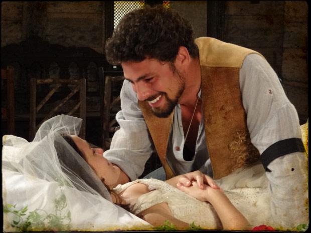 Jesuíno fica radiante ao ver que sua amada não está morta (Foto: Cordel Encantado/TVGlobo)