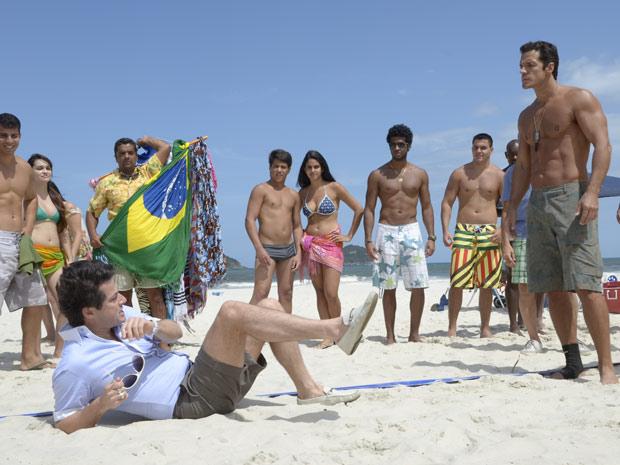 O chefe de segurança não gosta da provocação e parte para cima do mordomo (Foto: Fina Estampa/TV Globo)