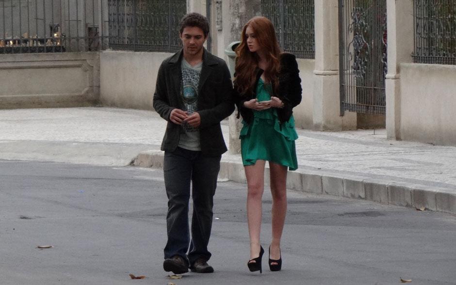 Renato faz o estilo despojado, enquanto Alice não abre mão de usar belos vestidos
