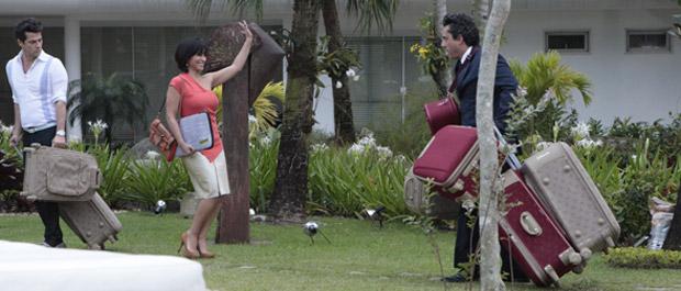 Marcela deixa as malas aos cuidados de Crô e Baltazar (Foto: Fina Estampa / TV Globo)