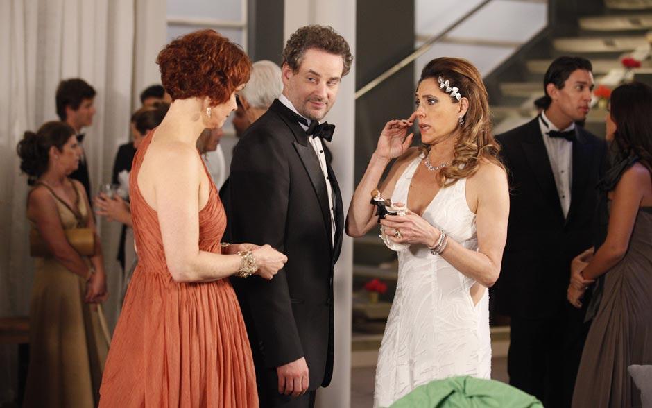 Tereza tenta se acalmar ao lado de Esther e Paulo