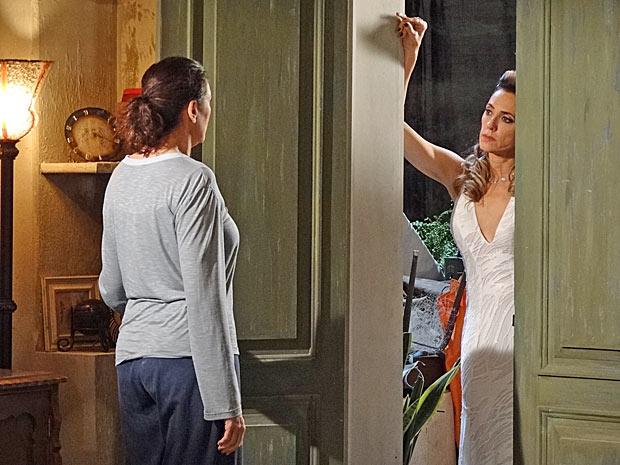 Griselda fica pasma ao ver Tereza Cristina na porta de sua casa (Foto: Fina Estampa/TV Globo)