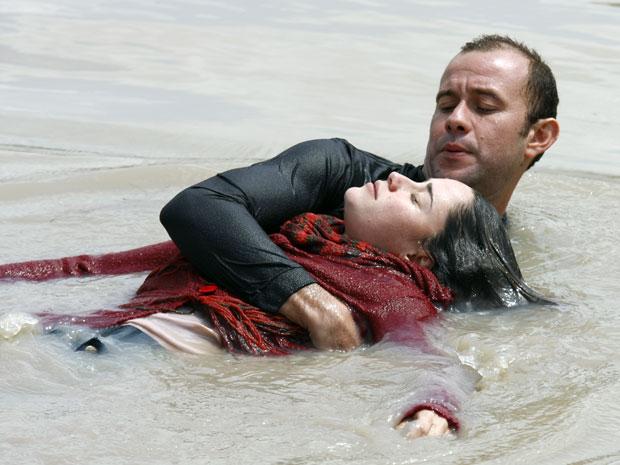 Ana é resgatada entre a vida e morte depois de grave acidente de carro (Foto: A Vida da Gente - Tv Globo)
