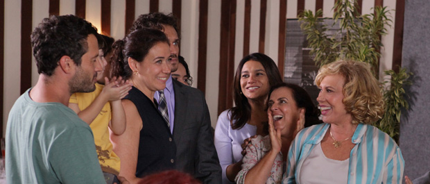 Apesar da tentativa de Tereza Cristina, Griselda consegue permissão para comprar casa no Marapendi Dreams (Foto: Fina Estampa/TV Globo)