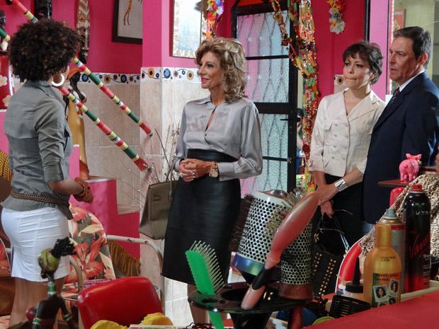 Maruschka insiste em saber o que Sarita conversou com Alberto (Foto: Aquele Beijo/TV Globo)
