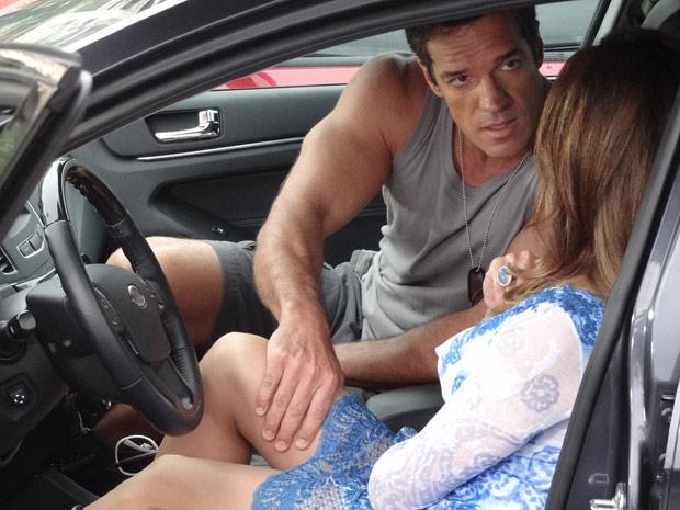 Ferdinand pressiona Tereza Cristina (Foto: Fina Estampa/TV Globo)