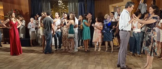 Tereza Cristina chega de surpresa na festa da rival (Foto: Fina Estampa/TV Globo)