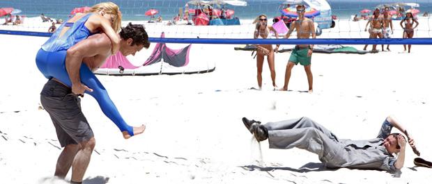 Teodora pula em cima do segurança quando vê Griselda caída na areia (Foto: Fina Estampa/TV Globo)