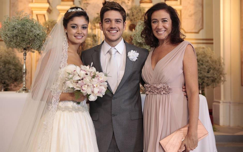 Sophie Charlotte e Marco Pigossi posam ao lado de Lilia Cabral