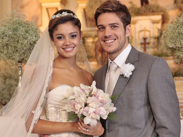 Amália e Rafael vestidos para o casamento (Foto: Fina Estampa / TV Globo)